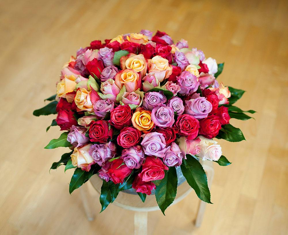 Ein Strauß mit 90 bunten Rosen für Frau G.